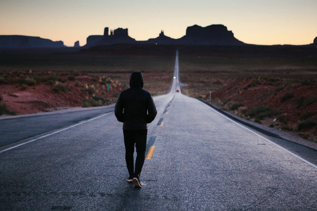 صورة تفسير حلم المشي حافيا , ادق تفسير للمشي بدون حذاء في المنام