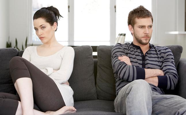 صورة كيف اعرف ان زوجي يكرهني , اذا تصرف هكذا فهو لا يحبك