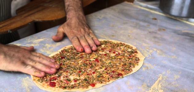 صورة عمل لحم بعجين , عمل الحواوشى الاسكندرانى