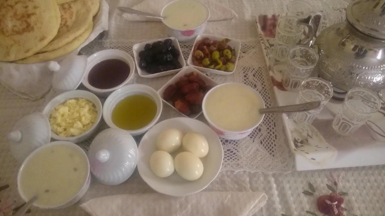 صورة فطور مغربي في الصباح ، أصناف متعددة هتعجبك